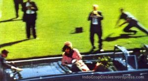 Presiden AS, John F Kennedy ditembak saat bersama istrinya di mobil kap terbuka pada 22 November 1963.